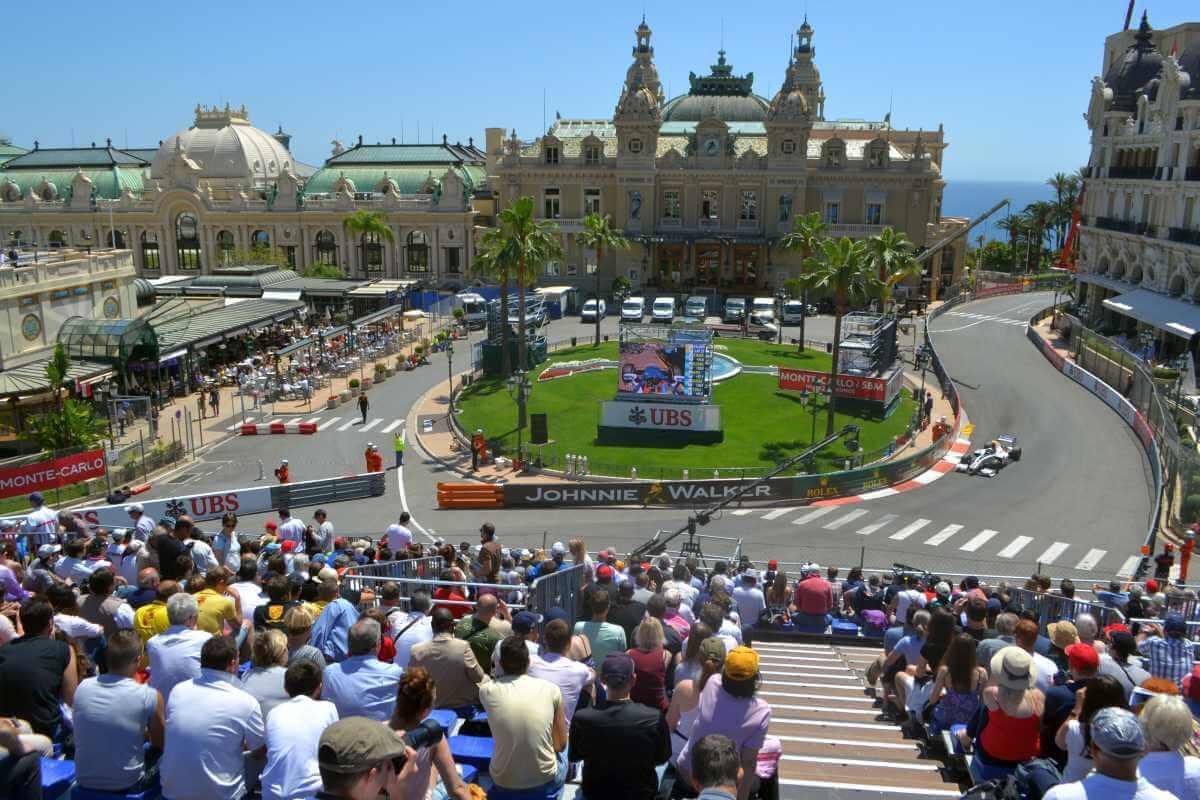 Vista do Cassino de Mônaco no circuito de Fórmula 1
