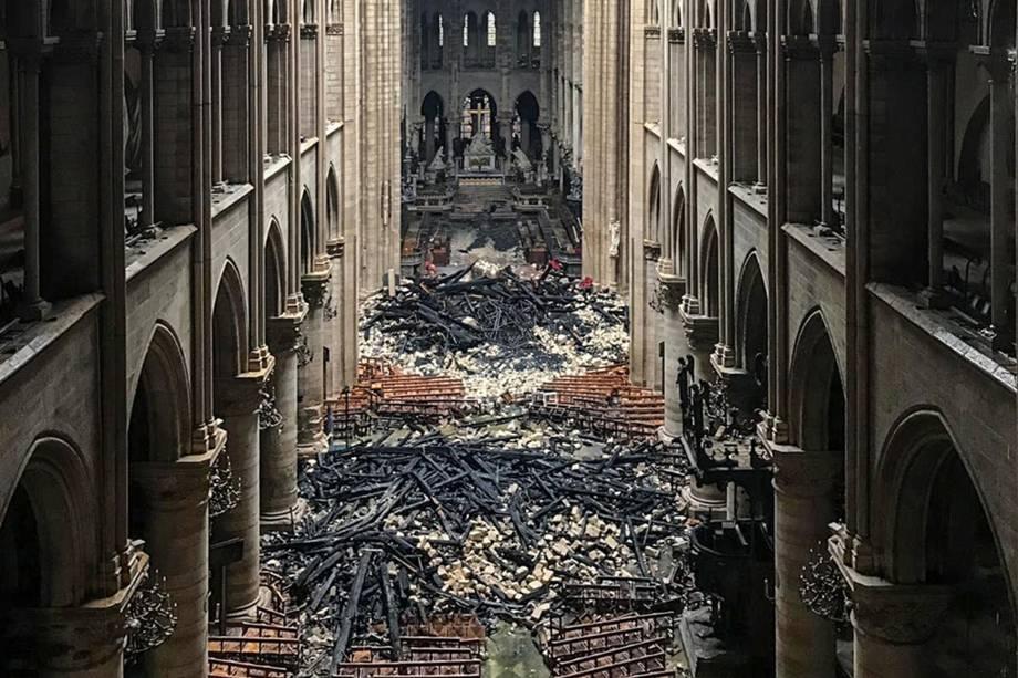 Escombros da Catedral Notre Dame em Paris