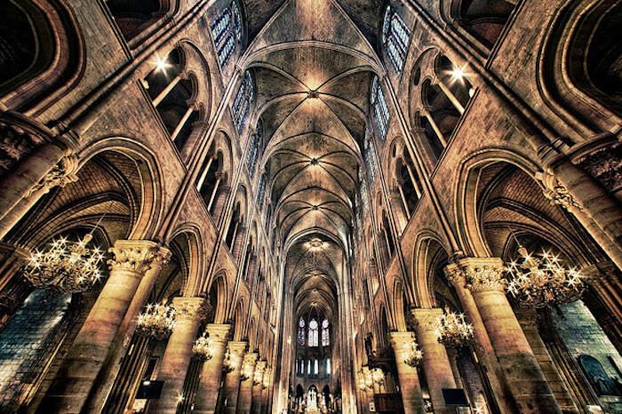 Detalhes do interior da Catedral Notre Dame em Paris