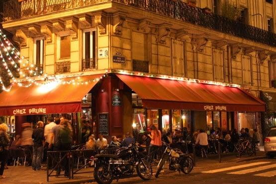 Bar e ambiente noturno em Paris