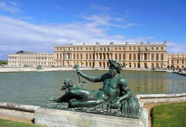 Estátua ao Rei Sol no Palácio de Versalhes