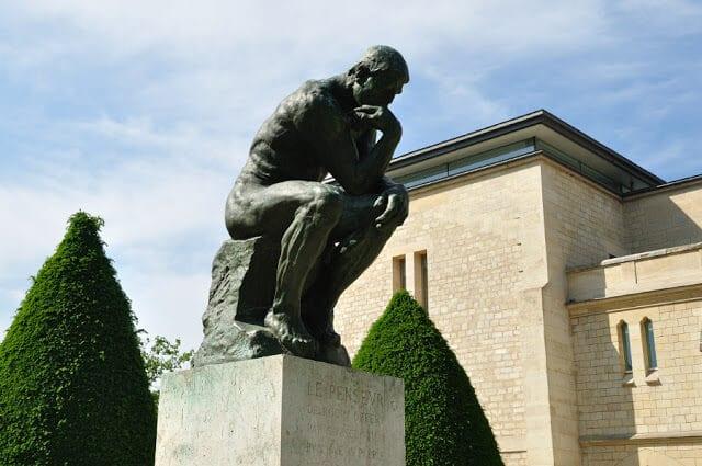 Estátua do pensador no Museu Rodin em Paris