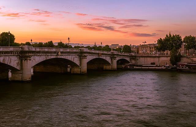 Vista do rio Sena em Paris em Agosto