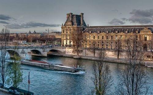Vista do Hotel du Quai Voltaire em Paris