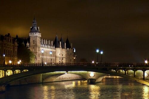 Museu do Louvre a partir do Sena
