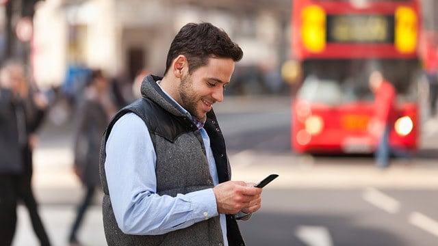Homem digitando no celular
