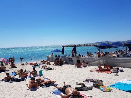 Pessoas na Praia do Prado em Marselha