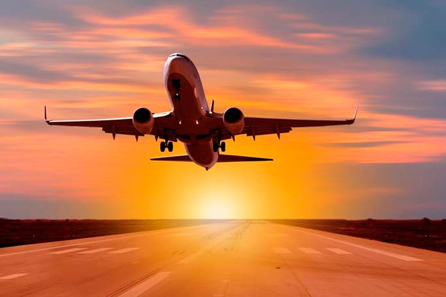 Avião ao entardecer