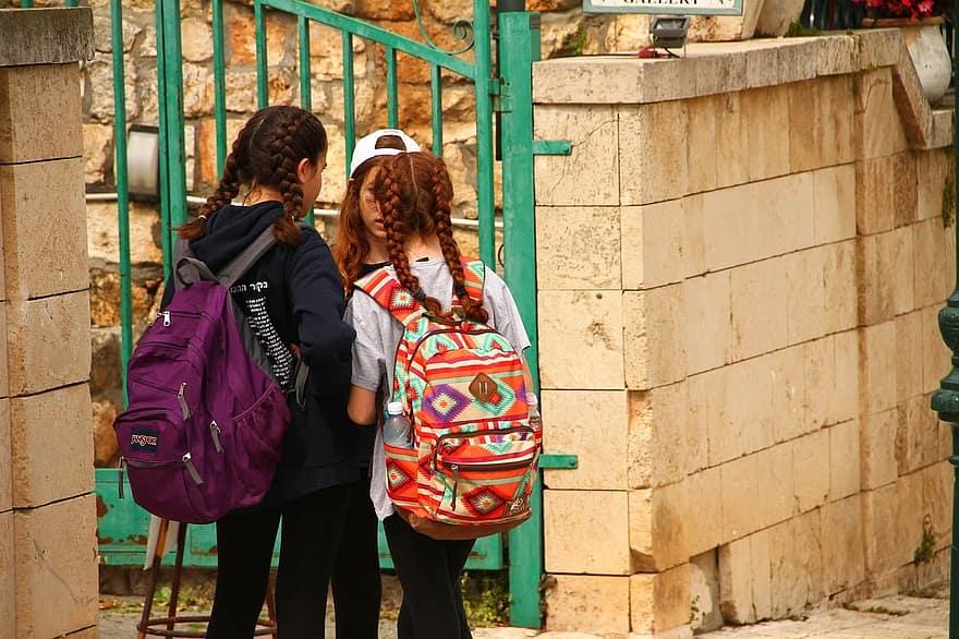Crianças indo para escola